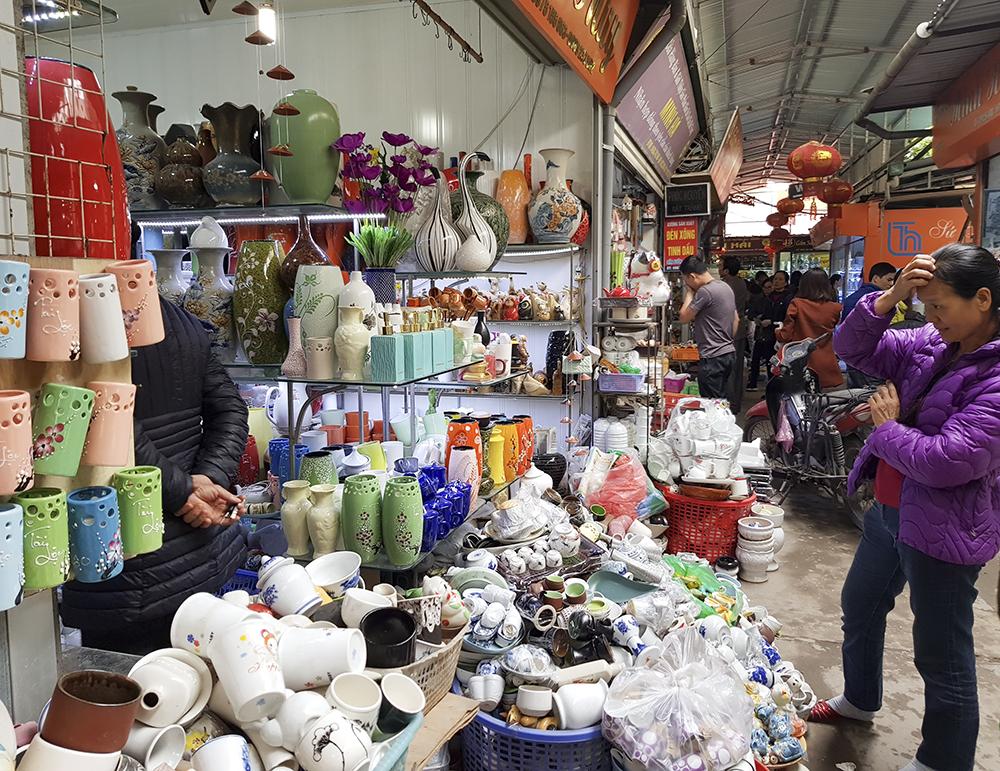 Một điểm đặc biệt tại khu chợ này là bạn có thể thoải mái đi dạo từ gian hàng này sang gian hàng khác, cầm ngắm từng sản phẩm và không bị người bán chèo kéo hay tỏ thái độ khó chịu nếu không mua hàng.