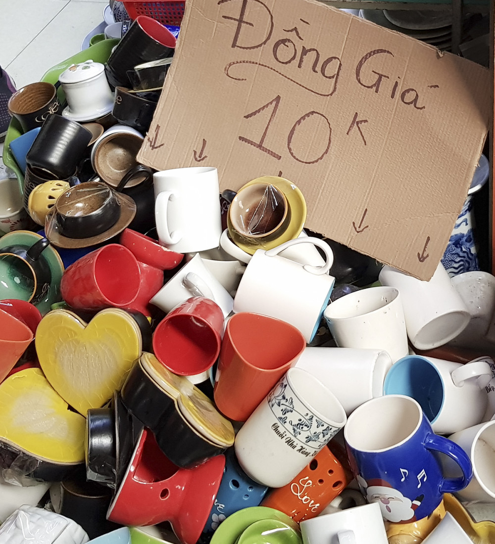Phổ biến nhất là các quầy hàng bán đồng giá 10.000 đồng, 15.000 đồng, 20.000 đồng, dành cho các sản phẩm gia dụng như bình cắm hoa, hũ đựng loại nhỏ, cốc uống nước...