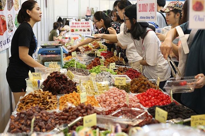 Đặc sản của Hà Nội vẫn luôn hút khách với đủ loại, mùi vị và màu sắc. Người mua có thể tự chọn loại ô mai mình thích với giá khoảng 20.000 đồng/100 gram.