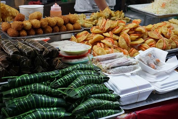 Một số loại bánh nổi tiếng như bánh tôm Hồ Tây, bánh gio, bánh nếp, phở cuốn cũng được bày bán trong lễ hội.
