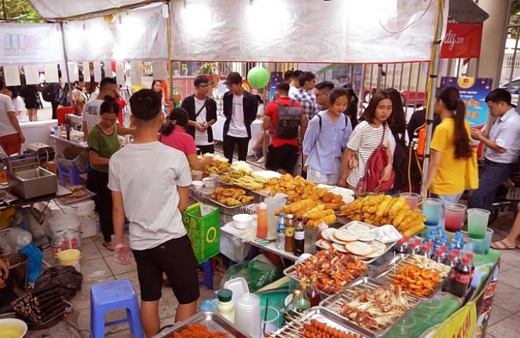 Gian hàng ẩm thực đường phố Hàn Quốc cũng thu hút nhiều du khách quan tâm. Các món ăn được bày bán chủ yếu như bánh gạo, xiên nướng, bò nướng và các loại đồ uống đặc sắc...