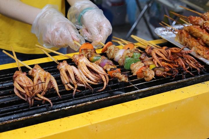 Những xúc tua bạch tuộc cay giòn, xiên thịt nướng thơm ngon khiến du khách