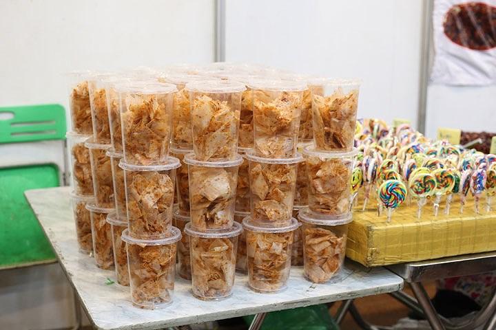 Bánh tráng trộn, một trong những đặc sản đường phố của Sài Gòn cũng làm mê hoặc các bạn trẻ Hà Nội.