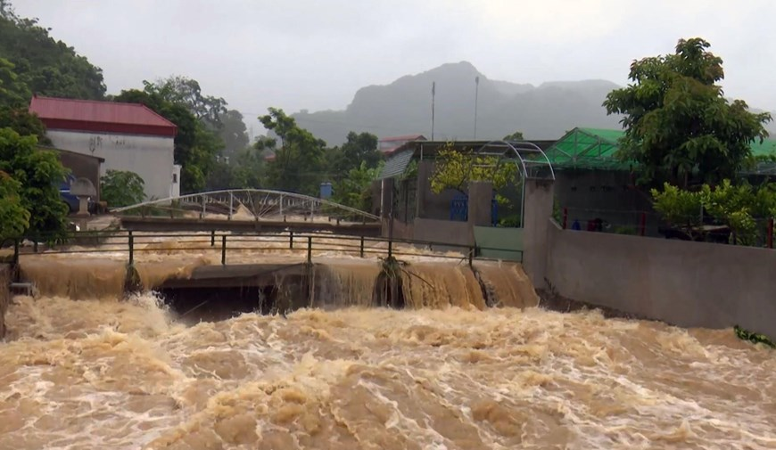 Mưa liên tục với cường độ cao gây ra lũ trên các suối khu vực thị trấn Nông trường Mộc Châu, huyện Mộc Châu, tỉnh Sơn La. (Ảnh: Nguyễn Cường/TTXVN)