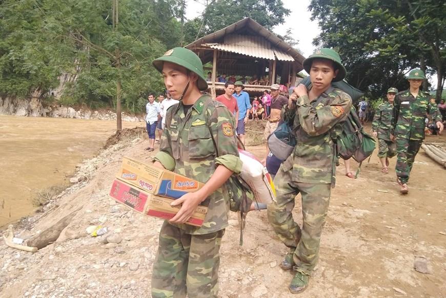 Lực lượng bộ đội khẩn trương cứu trợ cho bà con vùng lũ bản Sa Ná, xã Na Mèo, huyện Quan Sơn, Thanh Hóa.