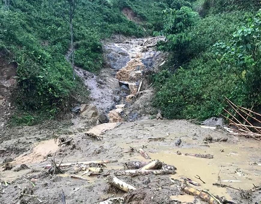 Mưa lũ khiến tuyến đường ở huyện Mường Lát, Thanh Hóa bị vùi trong đất đá.