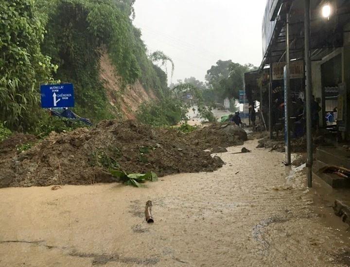 Mưa lũ làm sạt lở, chia cắt nhiều tuyến đường khu vực huyện biên giới Mường Lát, Thanh Hóa.