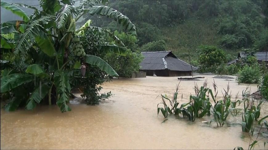 Mưa lũ làm hàng chục ngôi nhà ở huyện Vân Hồ, tỉnh Sơn La bị ngập sâu trong nước.