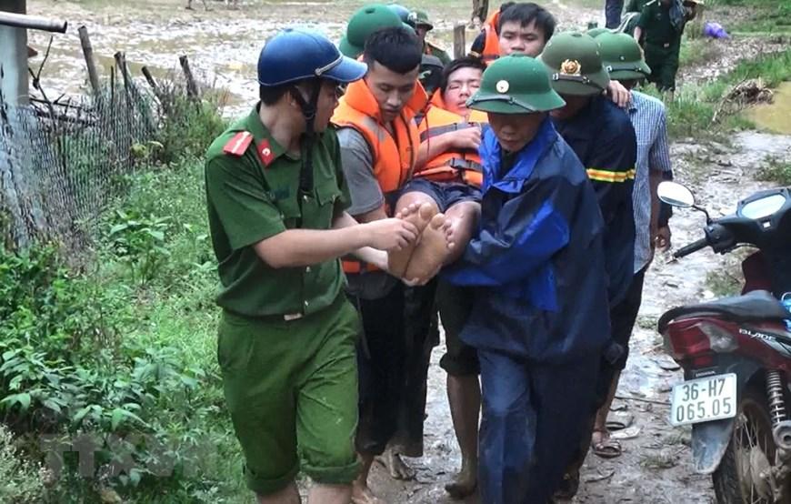 Lực lượng cứu trợ đưa người dân bị thương từ bản Sa Ná, xã Na Mèo, huyện Quan Sơn, tỉnh Thanh Hóa ra ngoài để chữa trị.