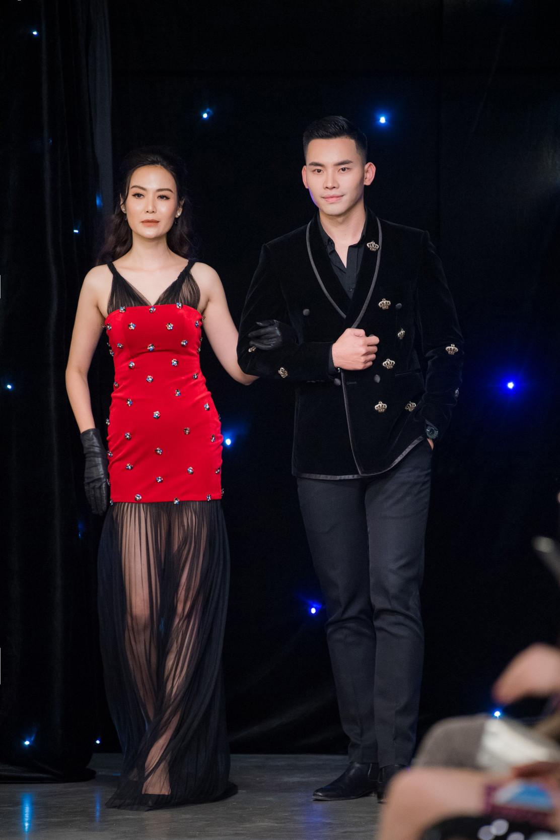 Hoa hậu Thu Thủy khiến nhiều người ngạc nhiên khi bất ngờ làm vedette trong show diễn thời trang. Người đẹp được MC Mạnh Khang dắt tay trên sàn catwalk ở phần kết của bộ sưu tập.
