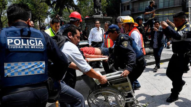 Thành phố Mexico City được xây dựng trên vùng hồ xung quanh thủ đô của Đế chế Aztec tồn tại trong khoảng thời gian từ thế kỷ 14-16 và đất mềm được cho là nguyên nhân khiến các tòa nhà tại đây bị đổ sập. Cũng vào ngày này cách đây 32 năm, một trận động đất kinh hoàng mạnh 8,1 độ Richter đã cướp đi sinh mạng của 5.000 người Mexico.