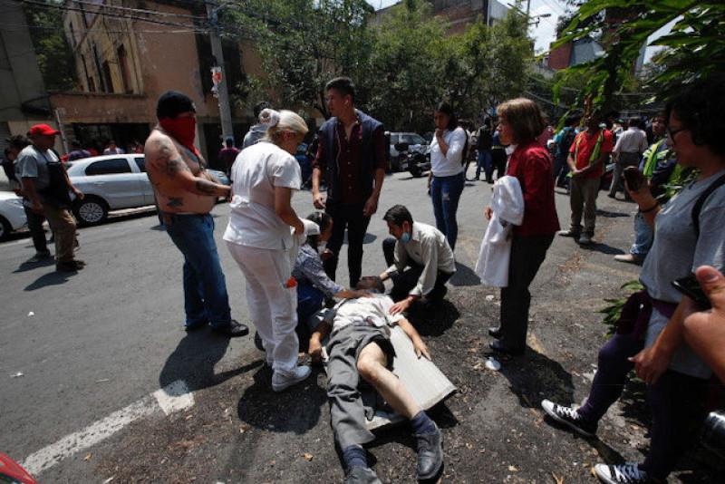 Cùng thời điểm xảy ra động đất, một vụ phun trào nhỏ đã xảy ra ở núi lửa Popocatepetl. Thủ hiến bang Puebla Jose Antonio Gali xác nhận vụ việc đã khiến một nhà thờ bị đổ sập và làm 15 người thiệt mạng tại khu vực Atzitzihuacan nằm trên sườn núi lửa.