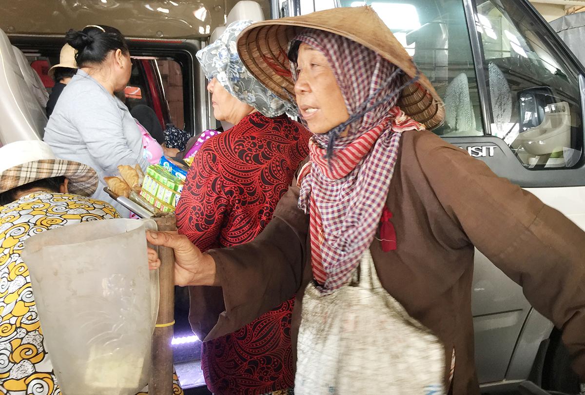 Cạnh đó là rất đông đội ngũ phụ nữ bán hàng rong lưu động, ăn xin với đa số là độ tuổi trung niên và tuổi già…