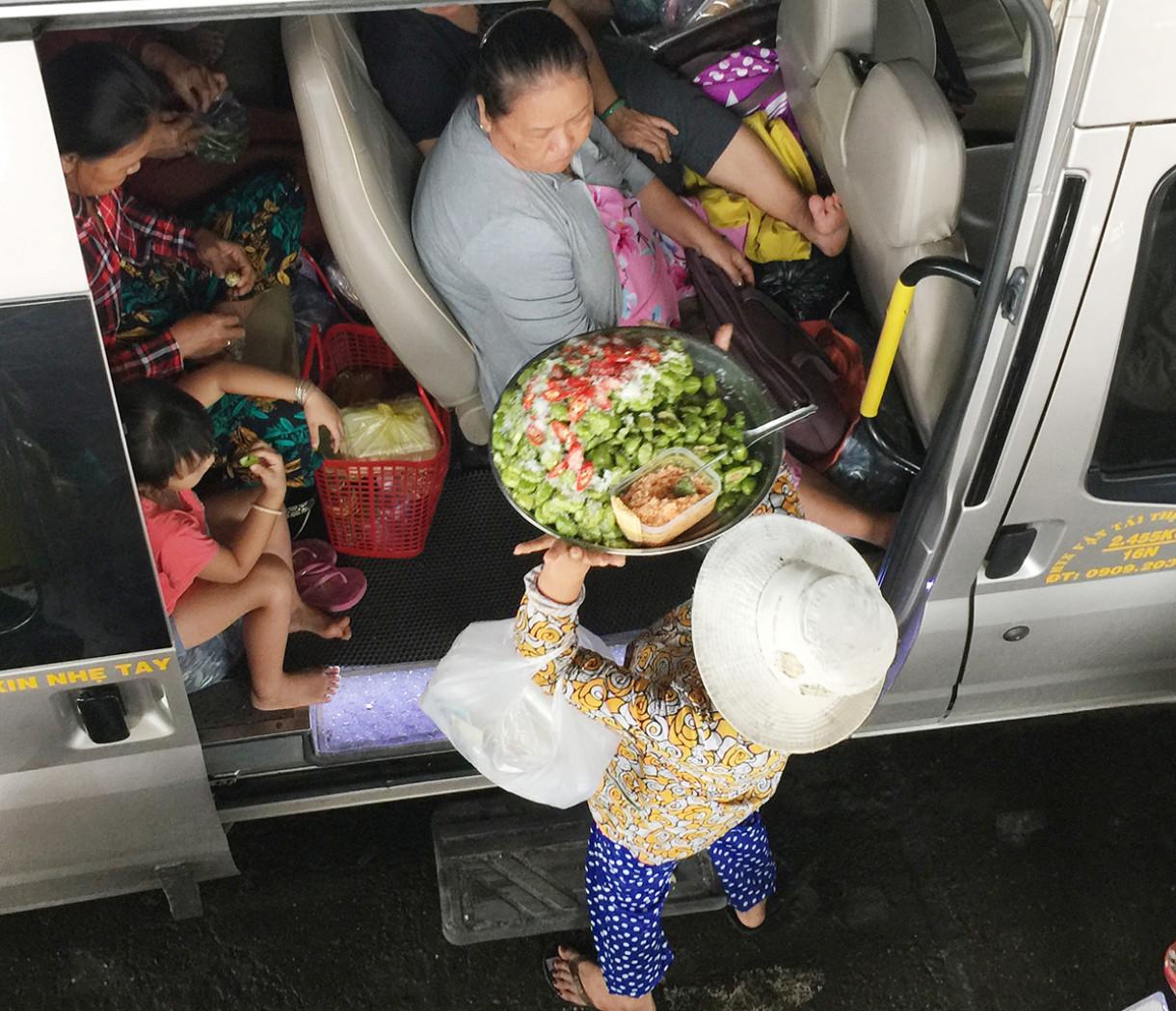 Một cụ bà đội mâm hoa quả dầm muối ớt đang rao bán trên phà. Nếu trong ngày bán được hết hàng, bà sẽ có khoảng 600 ngàn, trong đó tiền vốn bỏ ra đã hết chừng 400 ngàn...