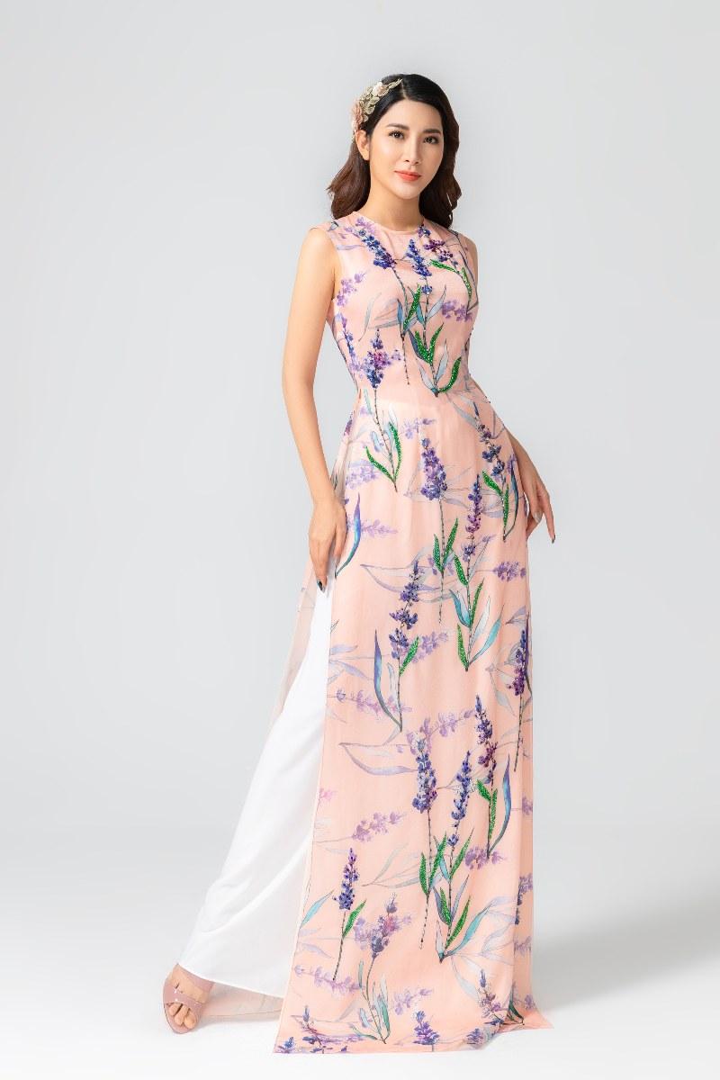 Các mẫu áo dài hoa có thể dễ dàng kết hợp với những mẫu túi xách cũng được thêu điệu đà bằng tay hay những kiểu túi xách hình hộp mới lạ như oval hay hình trứng đang được ưa chuộng trên thế giới.