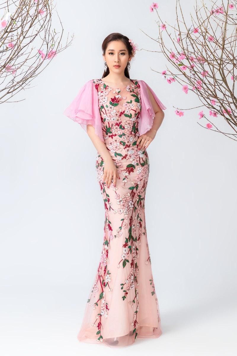 Ngoài ra bộ sưu tập áo dài có thể kết hợp với nhiều loại giày trẻ trung với các tone màu da nude, xanh lá hay vàng từ những chất liệu da và simili may chuẩn theo số đo chân của người Việt.