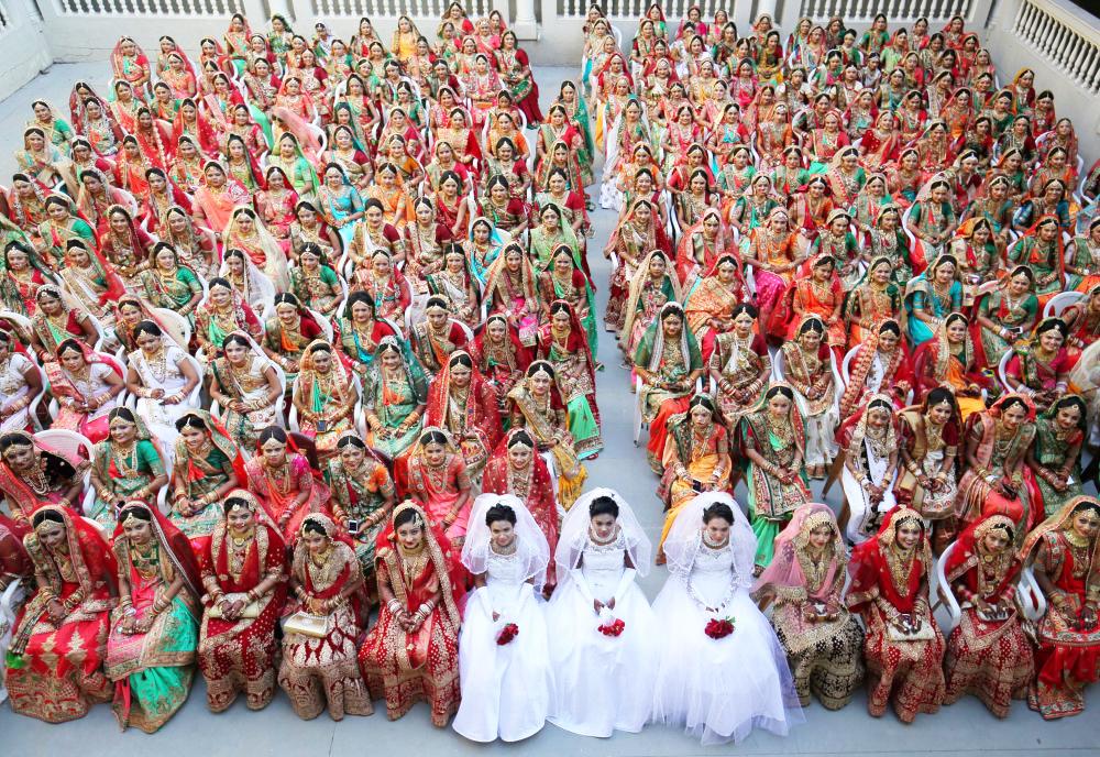 Đám cưới ở Ấn Độ là một nghi lễ rất tốn kém vì gia đình cô dâu theo truyền thống thường phải trả cho nhà chú rể một khoản tiền mặt và quà tặng. Nếu cha của cô dâu đã mất hoặc nghèo khó thì dường như cô gái không còn cơ hội kết hôn. Thế nhưng, hơn 260 cô dâu trẻ Ấn Độ mồ côi cha đã được tổ chức đám cưới tập thể.