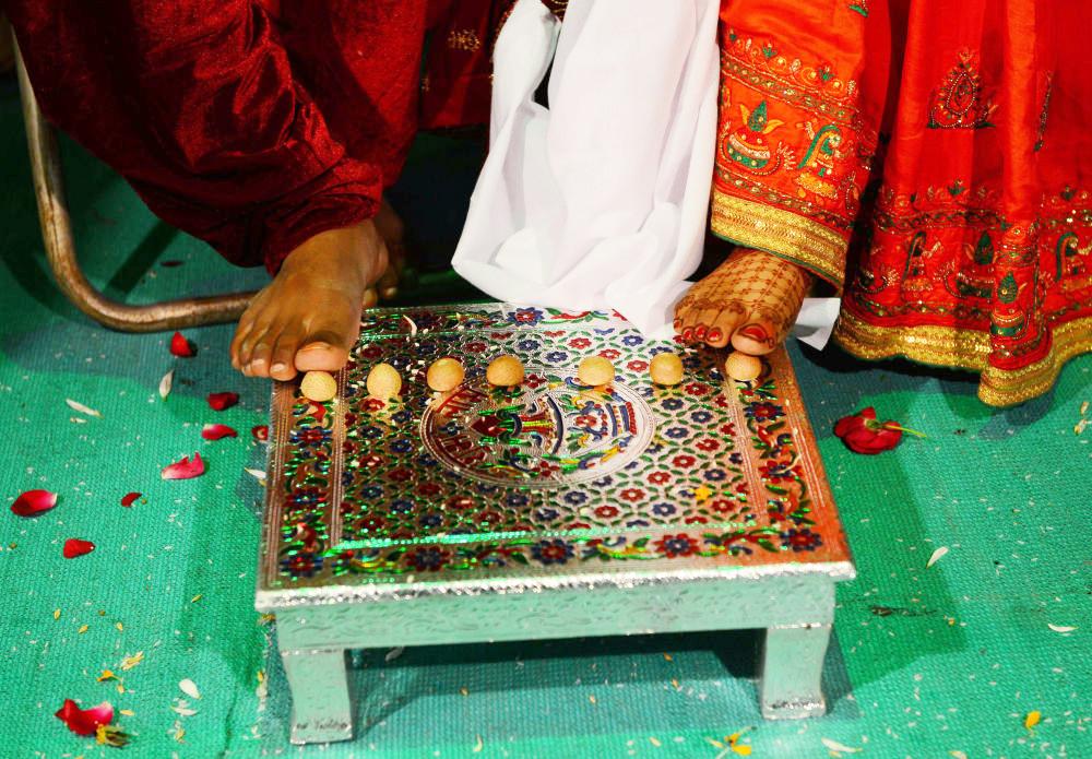 Đám cưới truyền thống ở Ấn Độ thường gây áp lực rất lớn cho gia đình nhà gái vì họ phải đóng cho chú rể một khoản hồi môn lớn dưới dạng tiền mặt và hiện vật. Thế nhưng, trong lễ cưới lần này, ông Savani tặng một món quà bằng vàng và hàng gia dụng như ghế sofa, giường… trị giá 500.000 rupee (hơn 160 triệu VNĐ) cho mỗi cô dâu để giúp họ bắt đầu cuộc sống hôn nhân.