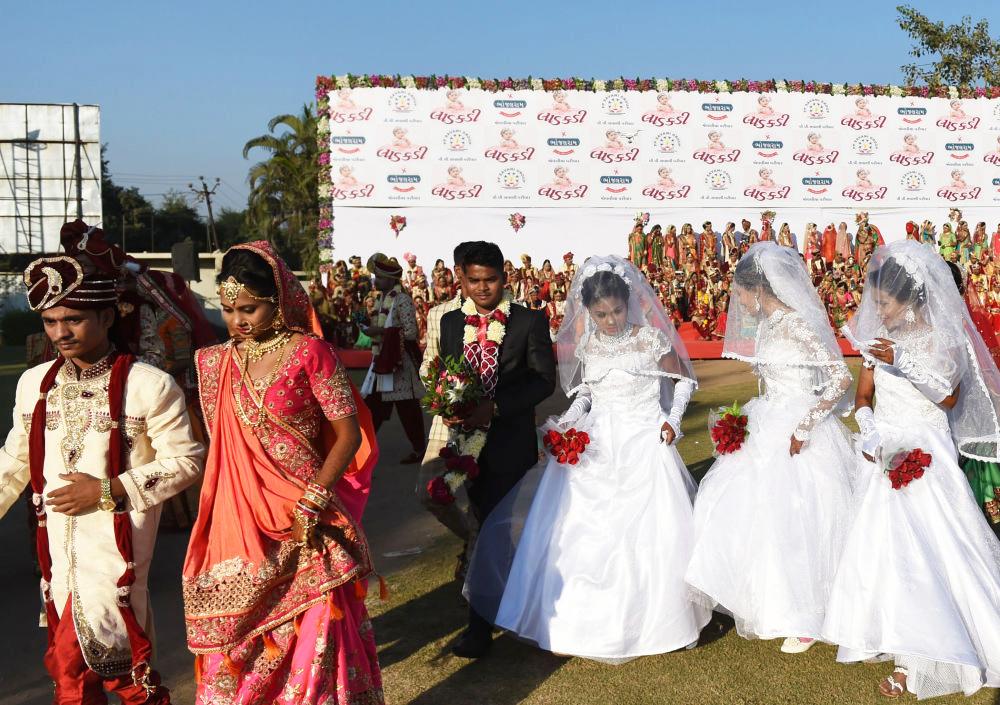 Họ đều là những phụ nữ mồ côi cha, không thể tự tổ chức lễ cưới. Đây là hình ảnh các cô dâu Hồi giáo và Kitô giáo.