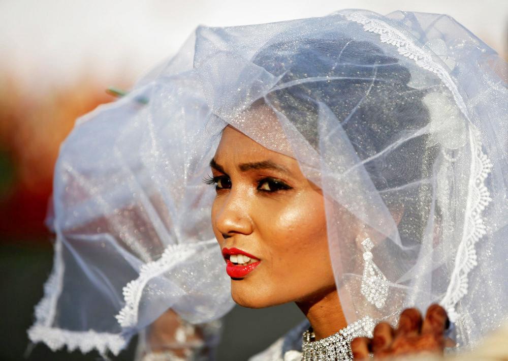 Một cô dâu Ấn Độ xinh xắn đợi đến lúc thề nguyện.