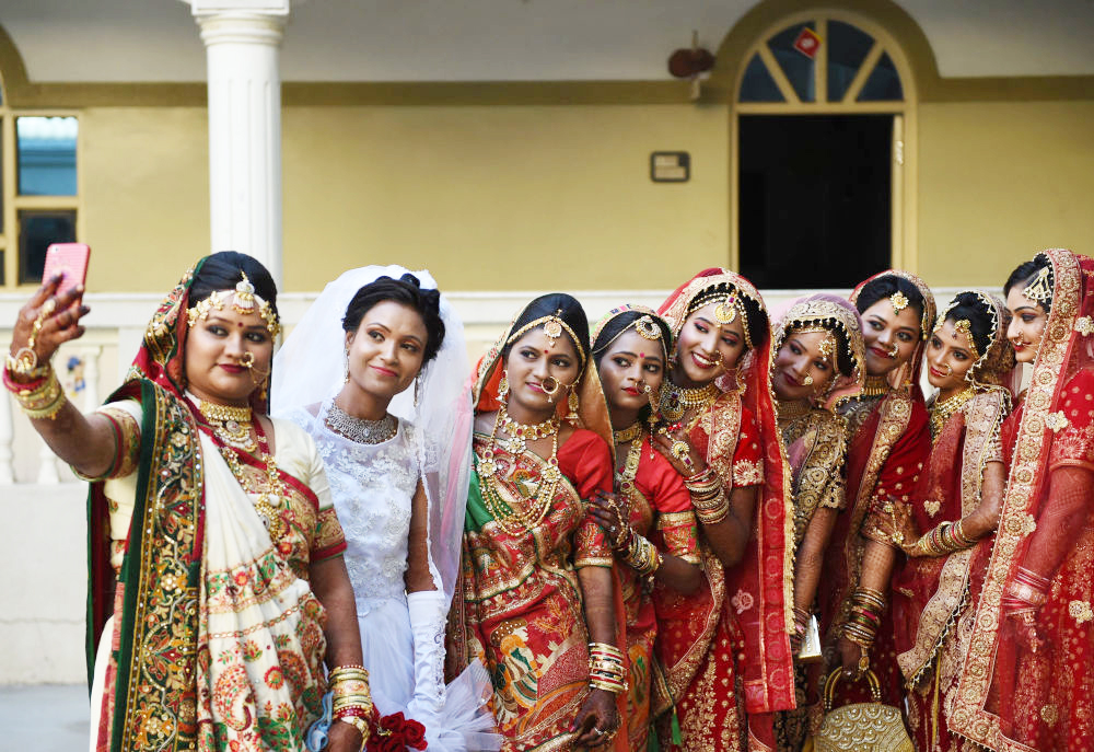 Các cô dâu tranh thủ chụp ảnh selfie.