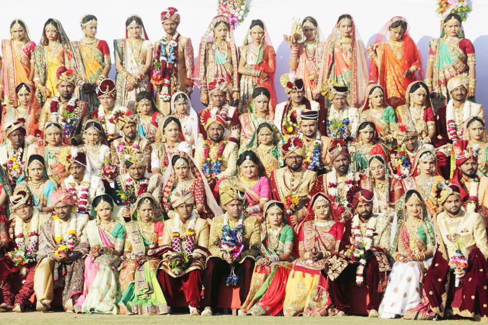 Hàng trăm cô dâu xuất hiện lộng lẫy trong trang phục dân tộc và trang sức màu sắc. Các cô dâu Ấn Độ tạo dáng chụp ảnh tập thể trước khi đưa ra lời thề nguyện trong một đám cưới. Trong số 261 cô dâu này, có 6 cô dâu Hồi giáo và 3 cô dâu Kitô giáo.