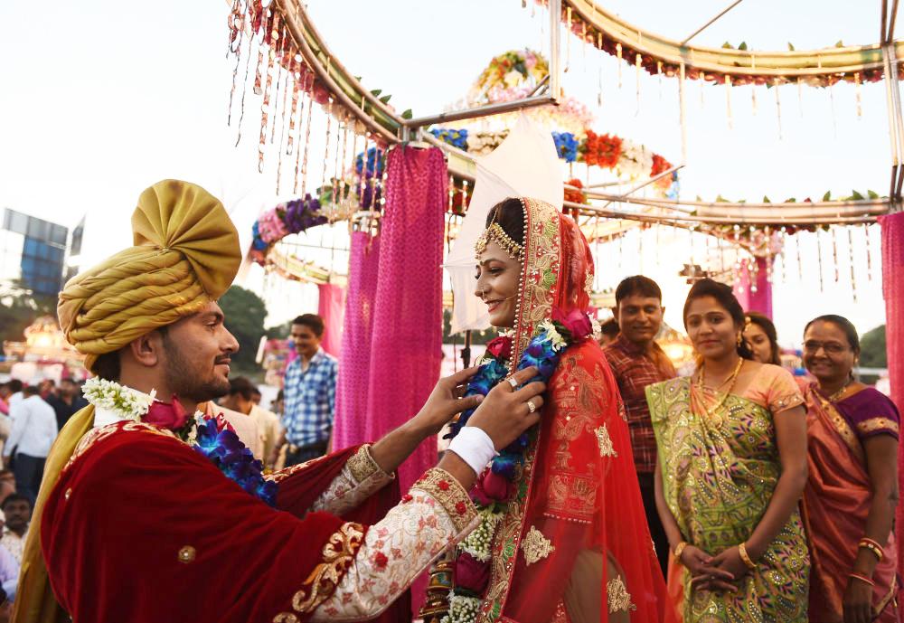 Chú rể âu yếm cô dâu. Họ đều là người Hindu.