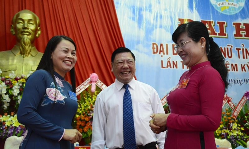 Chủ tịch Nguyễn Thị Thu Hà trao đổi với Bí thư tỉnh ủy Vĩnh Long Trần Văn Rón và Chủ tịch Hội LHPN Vĩnh Long Nguyễn Thị Minh Trang tại Đại hội.