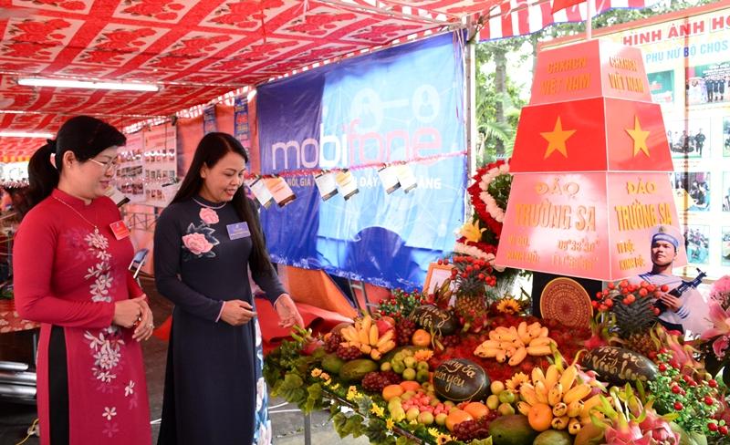Chủ tịch Hội LHPN Việt Nam Nguyễn Thị Thu Hà tham quan mô hình đảo Trường Sa tại triển lãm phục vụ Đại hội Đại biểu Phụ nữ Vĩnh Long lần thứ X, nhiệm kỳ 2016 - 2021.