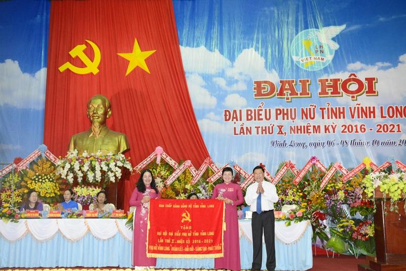 Ủy viên TW Đảng, Bí thư Tỉnh Ủy Vĩnh Long Trần Văn Rón tặng bức trướng cho Hội LHPN tỉnh Vĩnh Long tại Đại hội.