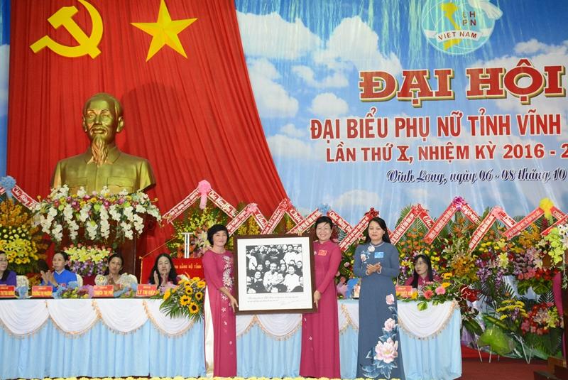 Ủy viên TW Đảng, Chủ tịch Hội LHPN VIệt Nam Nguyễn Thị Thu Hà (áo dài xanh) tặng bức hình Bác Hồ và phụ nữ cho Hội LHPN Vĩnh Long tại Đại hội.