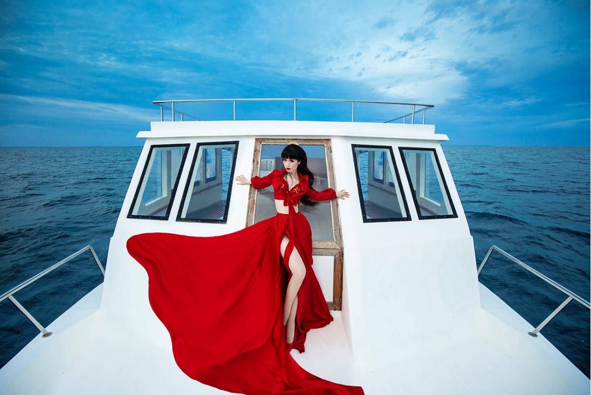 Buổi chụp hình là sự kết hợp của dòng thời trang cao cấp (haute couture), thời trang ứng dụng (ready-to-wear) và các phụ kiện thời trang. Các hãng tham gia bao gồm thời trang Anh Quốc như Myla London, Votch, Fleur Of England, nhà thiết kế Ý Peter Langner, Tarik Ediz từ Thổ Nhĩ Kì, hãng áo tắm Londre từ Canada, Atelier Zuhra từ UAE, Youssef Kamoun từ Lebanon. Đặc biệt có VUNGOC&SON với bộ sưu tập mới nhất và Tiny Ink đến từ Việt Nam.