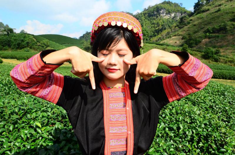Cô làm điệu bộ ngộ nghĩnh khi mặc bộ váy thổ cẩm của đồng bào dân tộc thiểu số, chụp tại đồi chè Mộc Châu