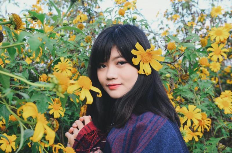Vũ Hương Giang sinh năm 1995 ở Hải Phòng, hiện là sinh viên năm thứ 4 chuyên ngành Quản trị kinh doanh quốc tế - ĐH Kinh tế Quốc dân (Hà Nội).