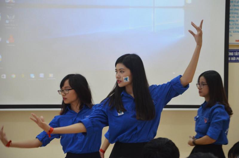 Ngoài việc học tập, Vũ Hương Giang rất tích cực tham gia các phong trào trong trường học và các hoạt động cộng đồng. Cô được gọi là