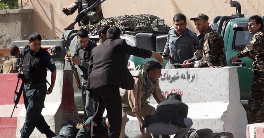 Theo Bộ trưởng Nội vụ Afghanistan Najib Danesh, những kẻ đánh bom dường như nhắm vào các nhà báo khi chúng sử dụng thẻ báo chí để trà trộn vào nhóm nhà báo tác nghiệp ở hiện trường. Vụ tấn công khiến 7 phóng viên đã thiệt mạng ngay tại chỗ và hàng loạt nhà báo khác bị thương, 2 người sau đó cũng không qua khỏi.