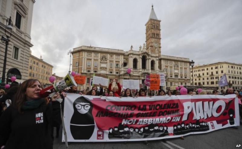 Tuần hành chống bạo lực đối với phụ nữ ở Rome, Italia nhằm hưởng ứng ngày Quốc tế xóa bỏ bạo hành phụ nữ 25/11.