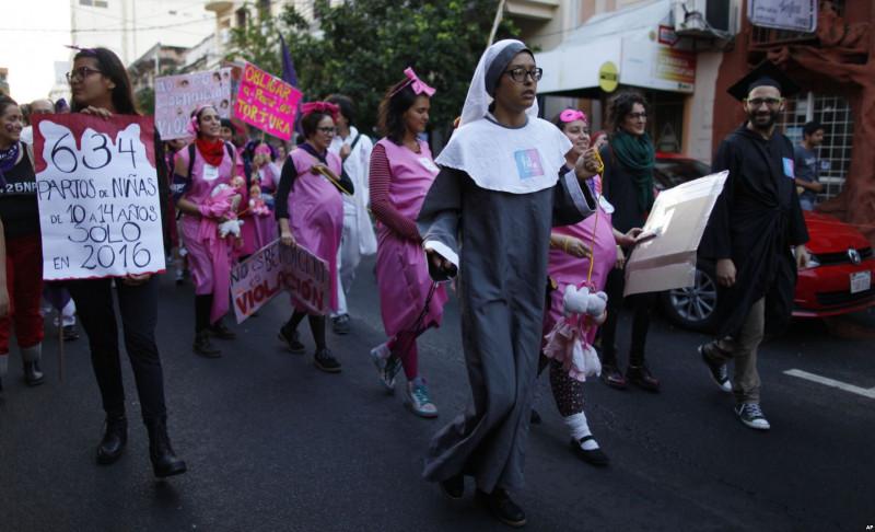 Tại Paraguay, nữ tu sĩ dẫn đầu những người mẹ mang thai tuần hành chống bạo lực giới.