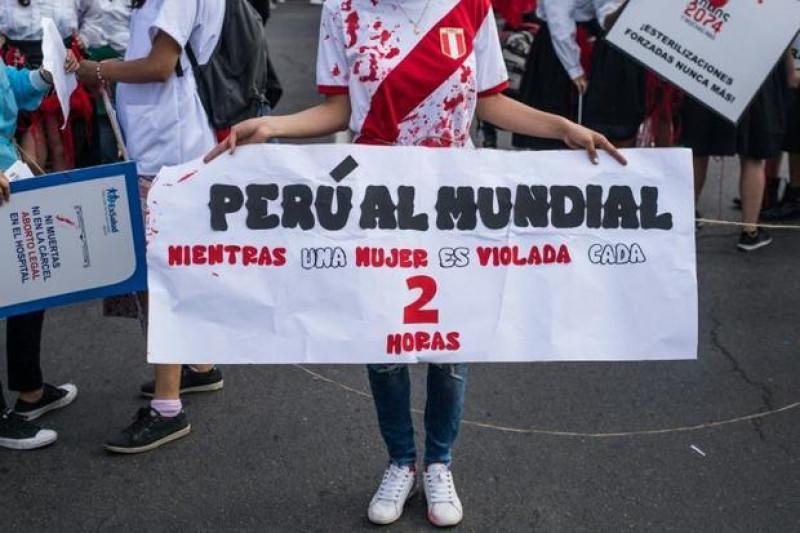 Hàng nghìn phụ nữ đã tham gia tuần hành trên khắp các tuyến phố ở thủ đô Lima của Peru để phản đối tình trạng bạo lực nhằm vào phụ nữ, một vấn nạn nhức nhối tại nhiều quốc gia Mỹ Latinh hiện nay.