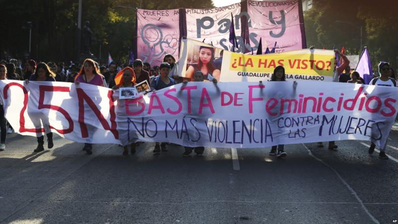 Hàng nghìn người Tây Ban Nha đã xuống đường tuần hành tại thủ đô Madrid nhằm phản đối bạo hành phụ nữ. Những người tuần hành hô vang khẩu hiệu lên án nạn xâm hại và bạo hành đối với phụ nữ. Cuộc tuần hành này diễn ra trùng thời điểm tòa án Tây Ban Nha xét xử 5 đối tượng tuổi từ 27 đến 29 liên quan đến vụ xâm hại tập thể đối với một phụ nữ hồi tháng 7/2016 gây chấn động toàn đất nước Tây Ban Nha. Theo giới chức Tây Ban Nha, nạn bạo hành phụ nữ tại nước này đang ngày càng gia tăng. Từ đầu năm tới nay, đã có ít nhất 45 phụ nữ bị bạn đời hoặc người yêu cũ sát hại.