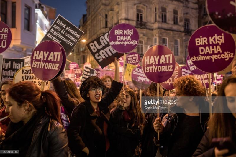 Hưởng ứng Ngày Quốc tế xóa bỏ bạo hành phụ nữ, 2.000 người cũng đã tuần hành tại thành phố Istanbul của Thổ Nhĩ Kỳ, giương cao biểu ngữ phản đối bạo lực gia đình và sát hại phụ nữ. Hơn 80% phụ nữ tại nước này phải chịu tổn thương về thể chất hoặc tâm lý do bị bạo hành bởi người thân trong gia đình và cứ 1 trong 15 trẻ em gái từng bị quấy rối tình dục ít nhất một lần trong đời. Trong năm 2016, đã có 260 phụ nữ bị bạn trai, chồng hoặc người thân sát hại tại Thổ Nhĩ Kỳ.