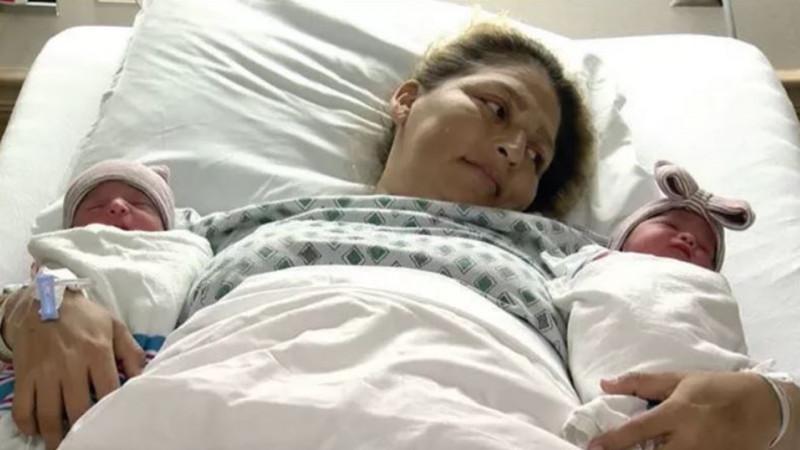 Cặp song sinh Joaquin và Aitana de Jesus Ontiveros được dự sinh vào ngày 27/1/2018. Tuy nhiên, lúc 7 giờ tối 31/12/2017, chị Maria - mẹ của 2 bé - đột nhiên đau bụng dữ đội và đã được chuyển tới Trung tâm Y tế Khu vực Delano, bang California. Chị sinh hạ cặp sinh đôi này vào sát thời khắc giao thừa.