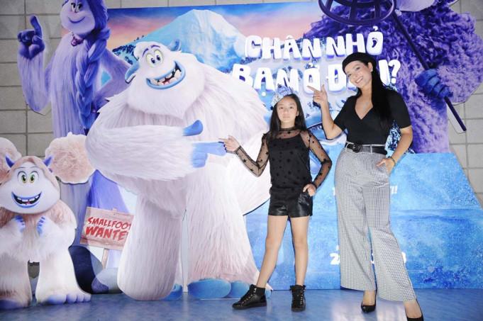 Tại Hà Nội, chị gái song sinh của Thúy Hạnh là cựu người mẫu Thúy Hằng đi xem phim cùng con gái út