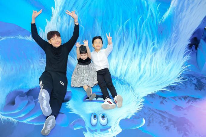 MC Hồng Phúc của VTV tạo dáng nhí nhố cùng 2 con trước khi vào rạp xem phim