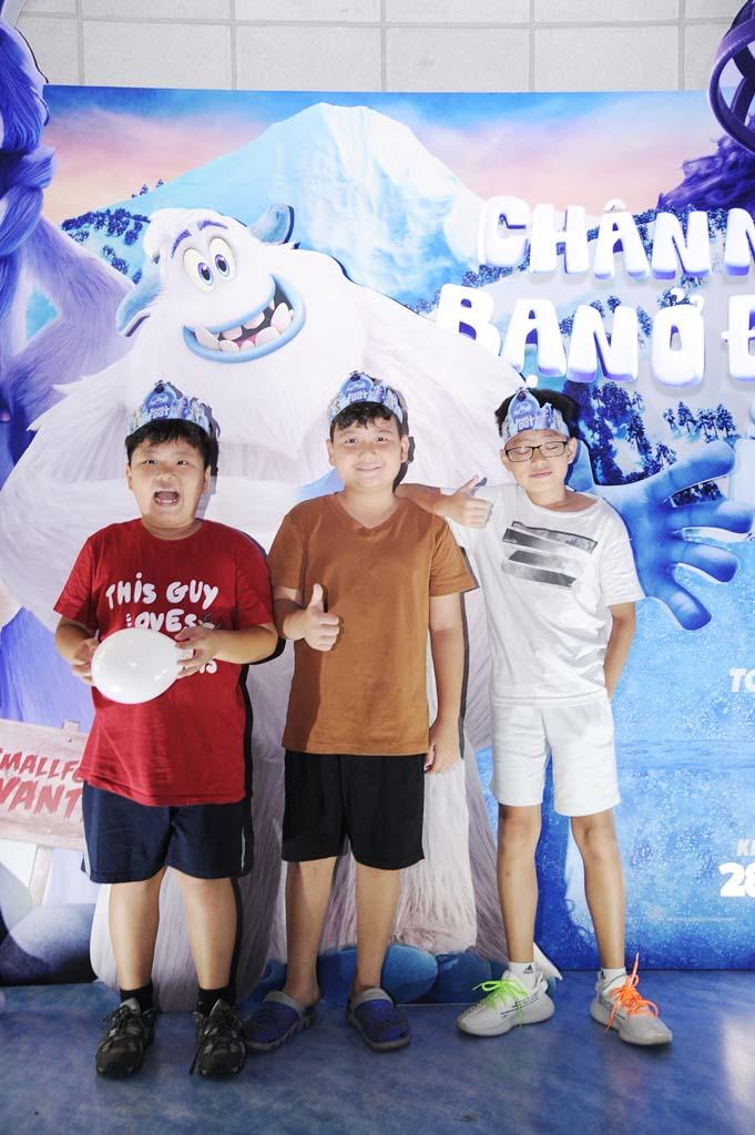 Bé Bi (bìa trái) - con trai NSƯT Xuân Bắc - hân hoan khi được đến rạp xem phim cùng bạn bè