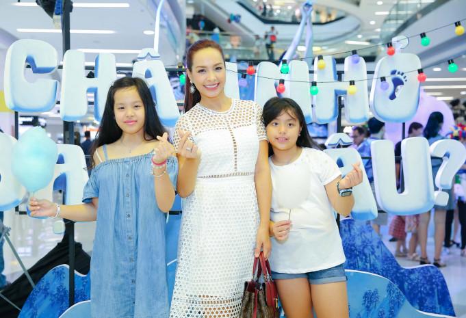 Cựu người mẫu Thúy Hạnh đưa 2 con đi xem phim tại TPHCM