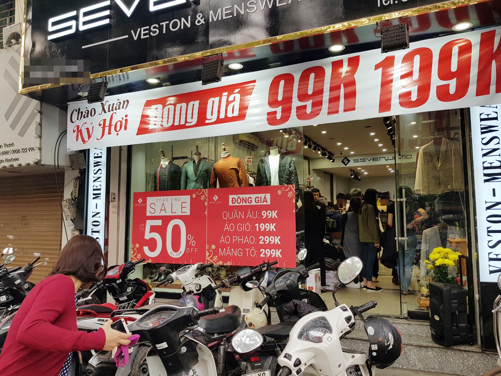 Một cửa hàng quần áo trên phố Quán Thánh đông đúc khách mua hàng vì giá khá