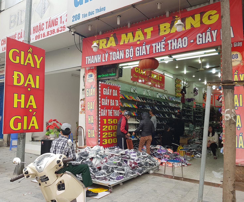 Giày đại hạ giá trên phố Tôn Đức Thắng