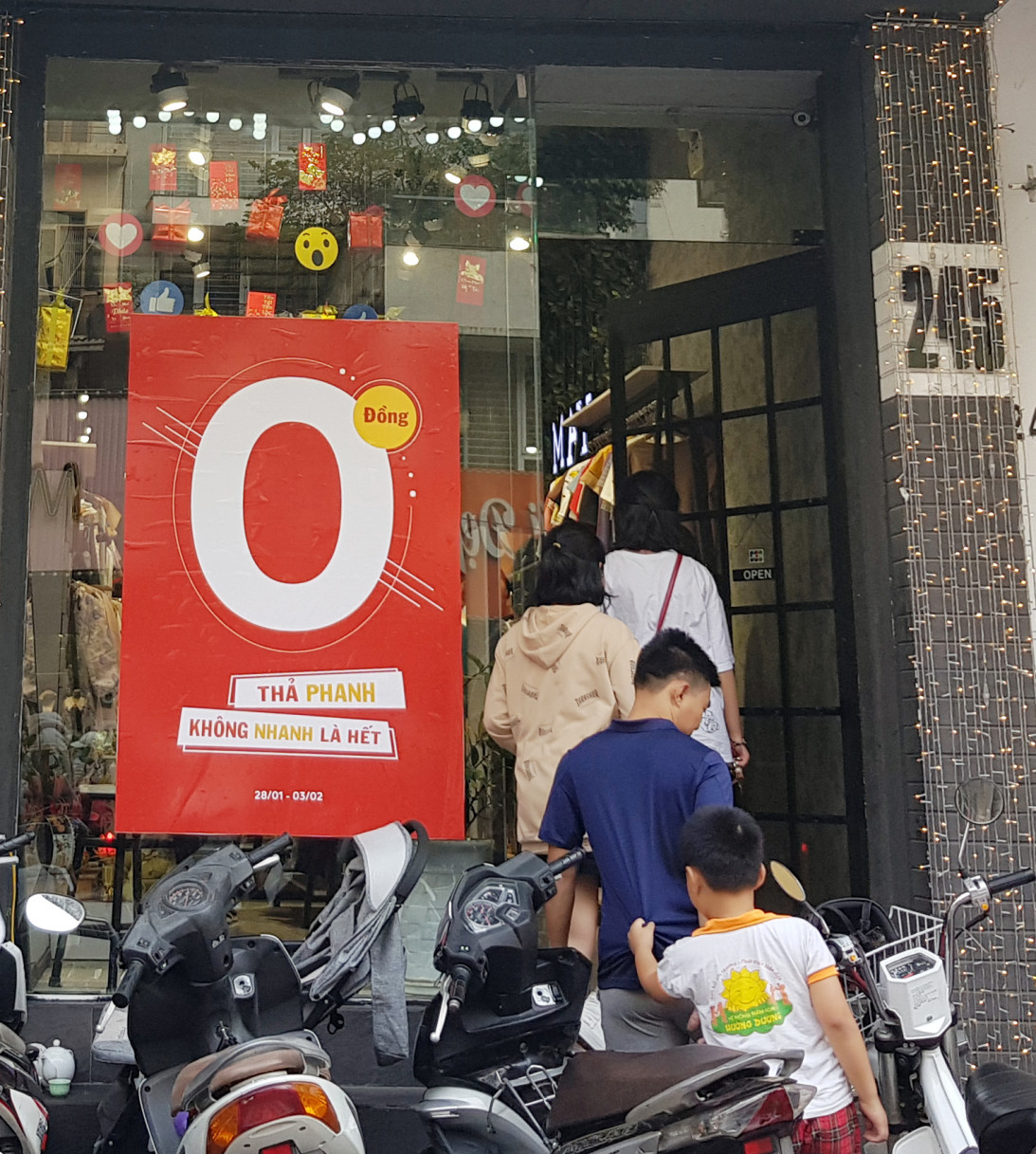 Tấm biển khuyến mãi 0 đồng hút khách nườm nượp vào cửa hàng