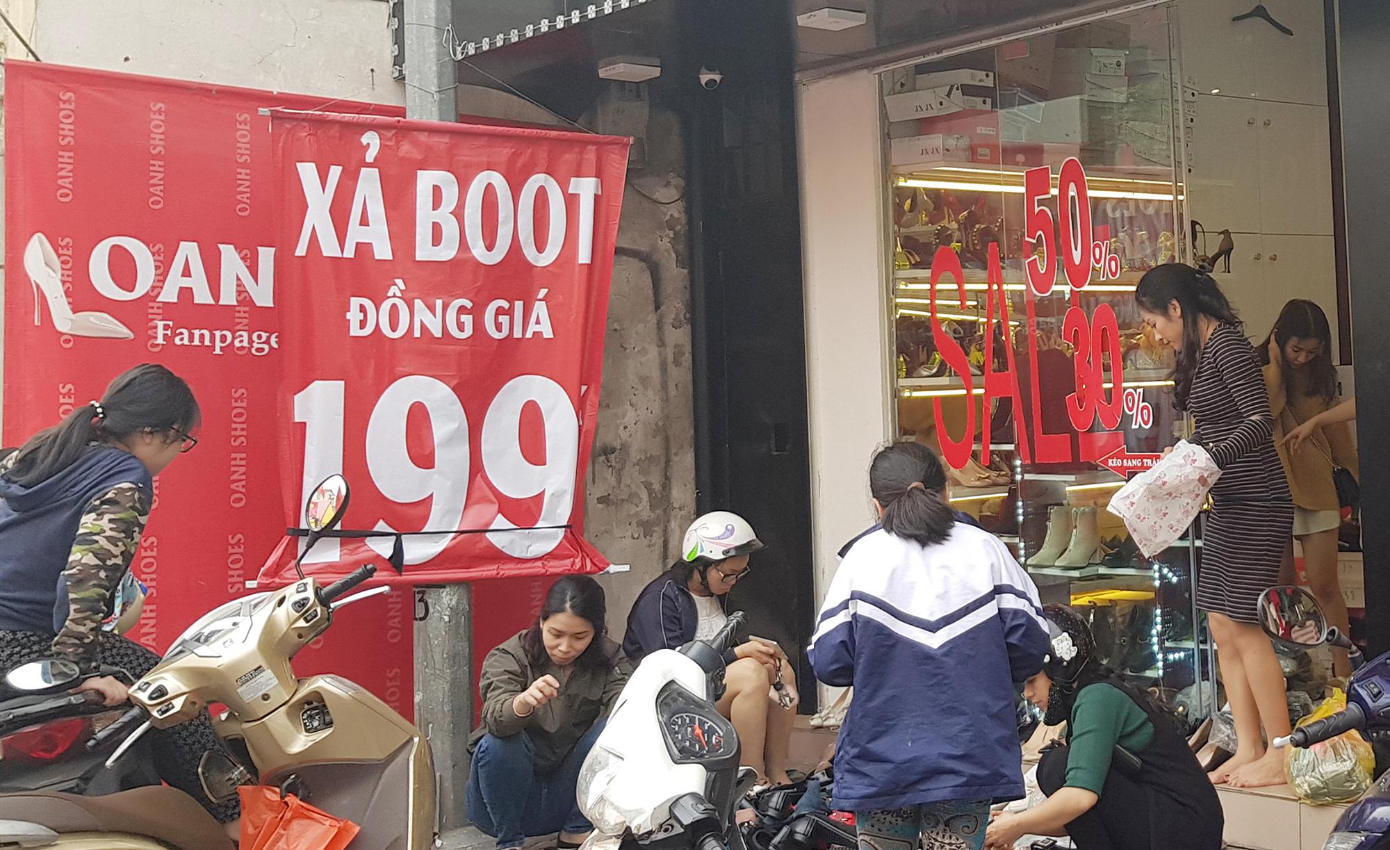 Nhiều chị em tranh thủ chọn mua boots đồng giá 199k